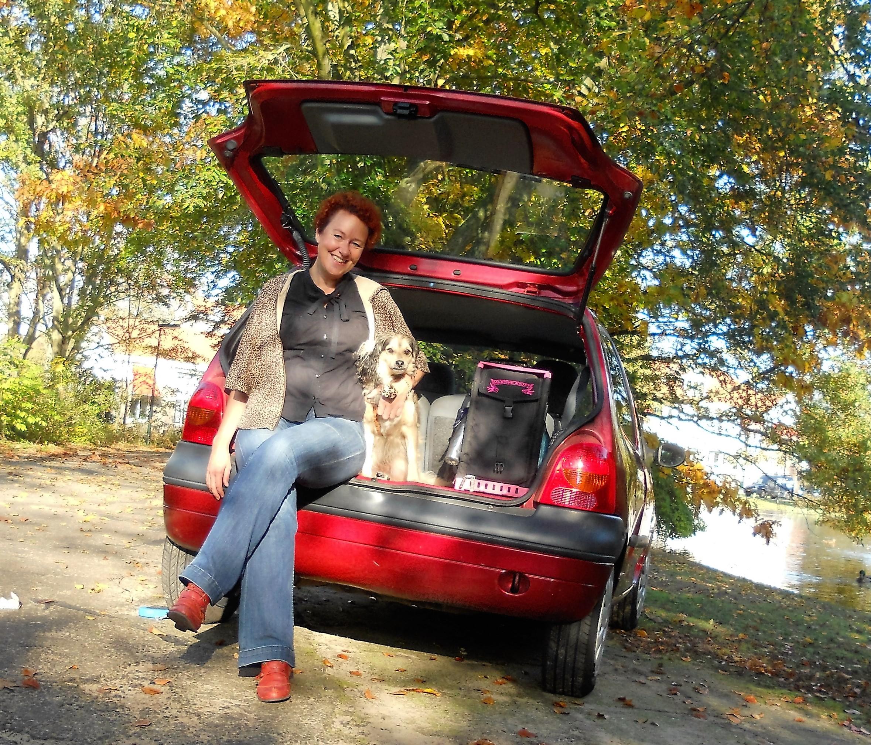 Thuiskapster Martine in de auto met haar knipkoffer en Georgie